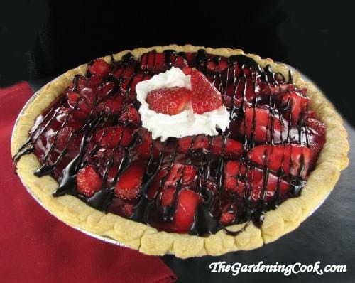 Great garden party ideas: easy to make strawberry chocolate pie via http://thegardeningcook.com