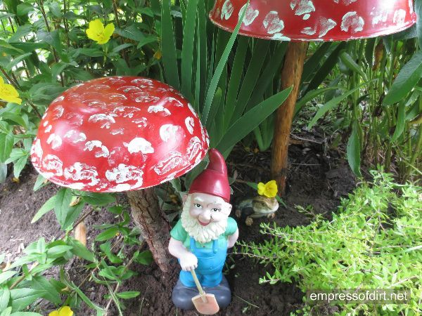 Make charming garden art toadstools at www.empressofdirt.net